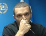Εικόνα όπου φαίνεται ο Ηλίας Κασιδιάρης να σνιφάρει κάτι από το στυλό του