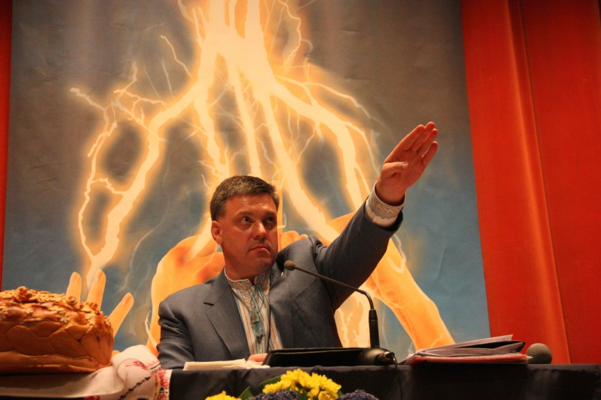 Oleg Tyagnibok doing a Nazi salute at the Svoboda 2012 conference